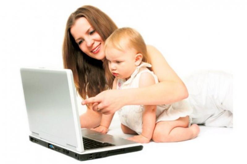 мама и ребенок и ноутбук